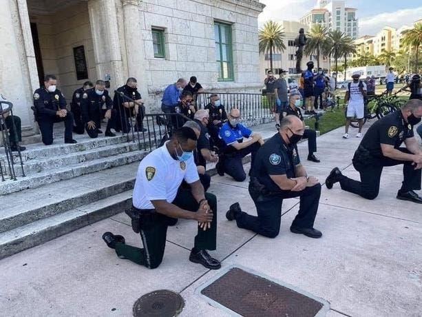 George Floyd: Policías de Nueva York y Nueva Jersey se arrodillan