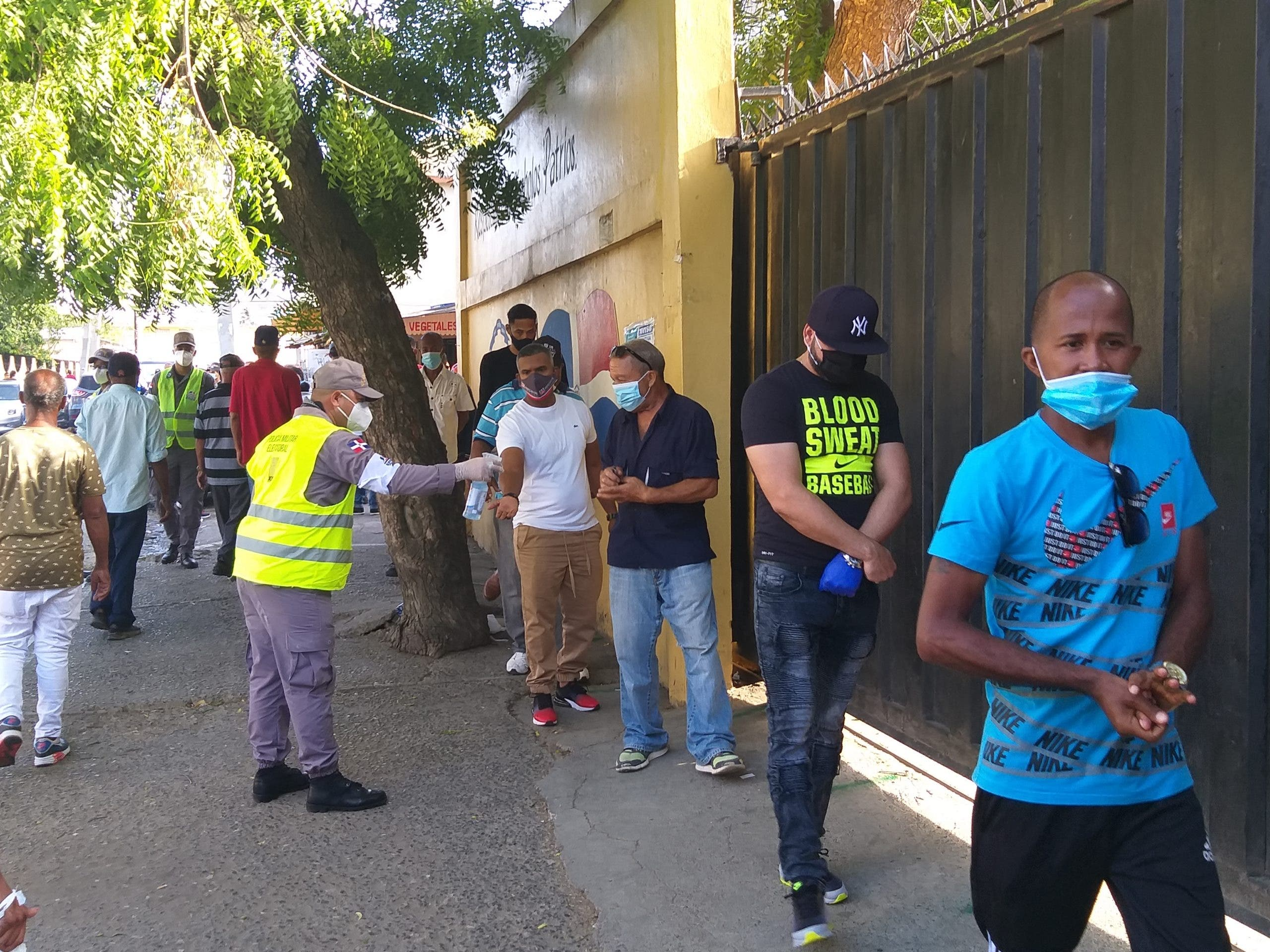Santiago: tardanza de representantes de  colegios electorales retrasa  proceso de votación