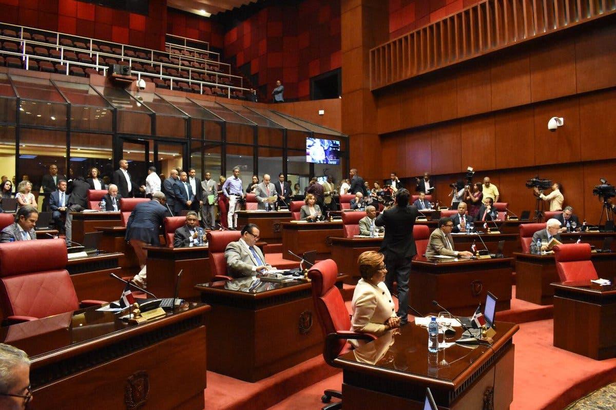 Senadores envían a comisión proyecto que busca eliminar pago reinscripción en colegios