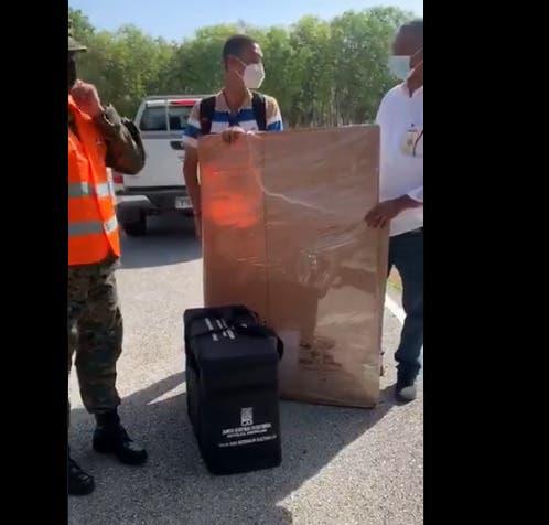Roban valija en colegio electoral de Barahona; JCE la repone