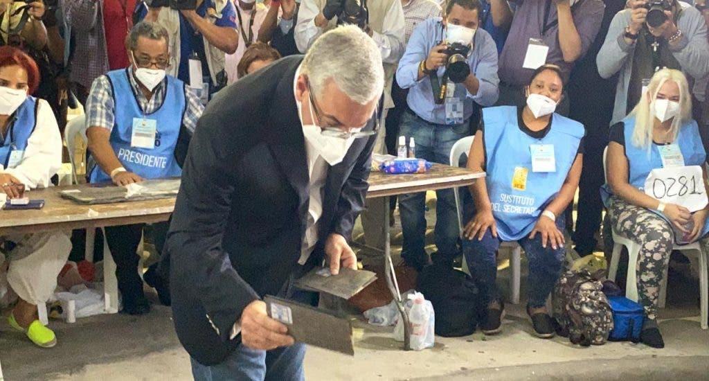 VIDEO: Vea el momento en que Gonzalo Castillo ejerce su voto; fue con su hijo