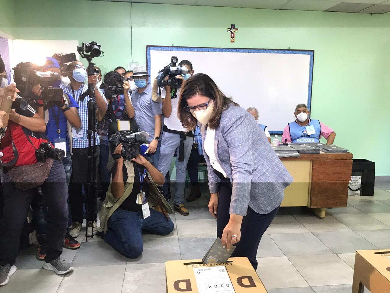 Margarita Cedeño vota mientras algunos  voceaban «se van» y otros «lo bueno no se cambia»