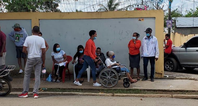 En sillas de rueda y ayudado por otras personas, adultos mayores ejercen su voto