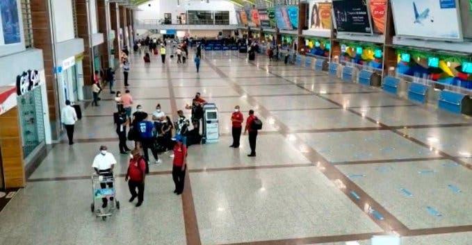 Con solo una maleta de mano dominicanos continúan llegando a RD