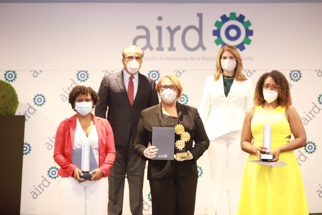 Periodista del HOY Mayelin Acosta gana Premio George Arzeno Brugal al Periodismo Industrial