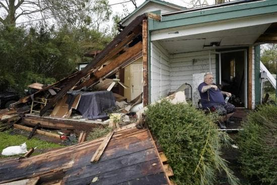 Huracán Laura deja 15 muertos en EEUU y miles se quedan sin electricidad