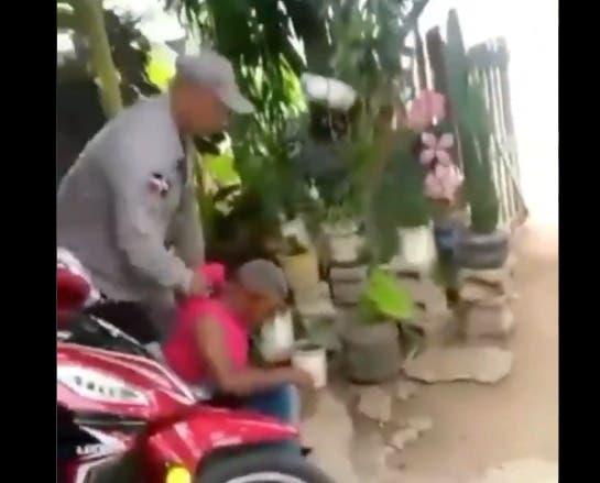 Video muestra como agente de la Policía golpea a un hombre y lo arrastra varias veces