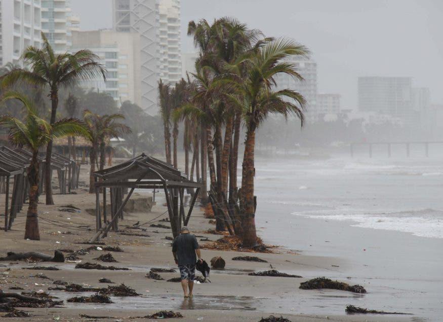 Huracán Genevieve se degrada a categoría 3 y avanza paralelo a costa mexicana