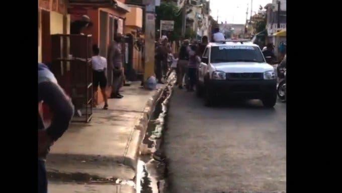 Video: Ciudadanos se enfrentan a policías por violar toque de queda