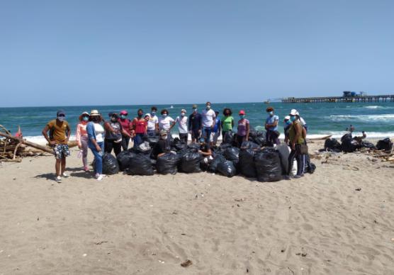 Fundación XSDO limpia playa Gringo en Haina