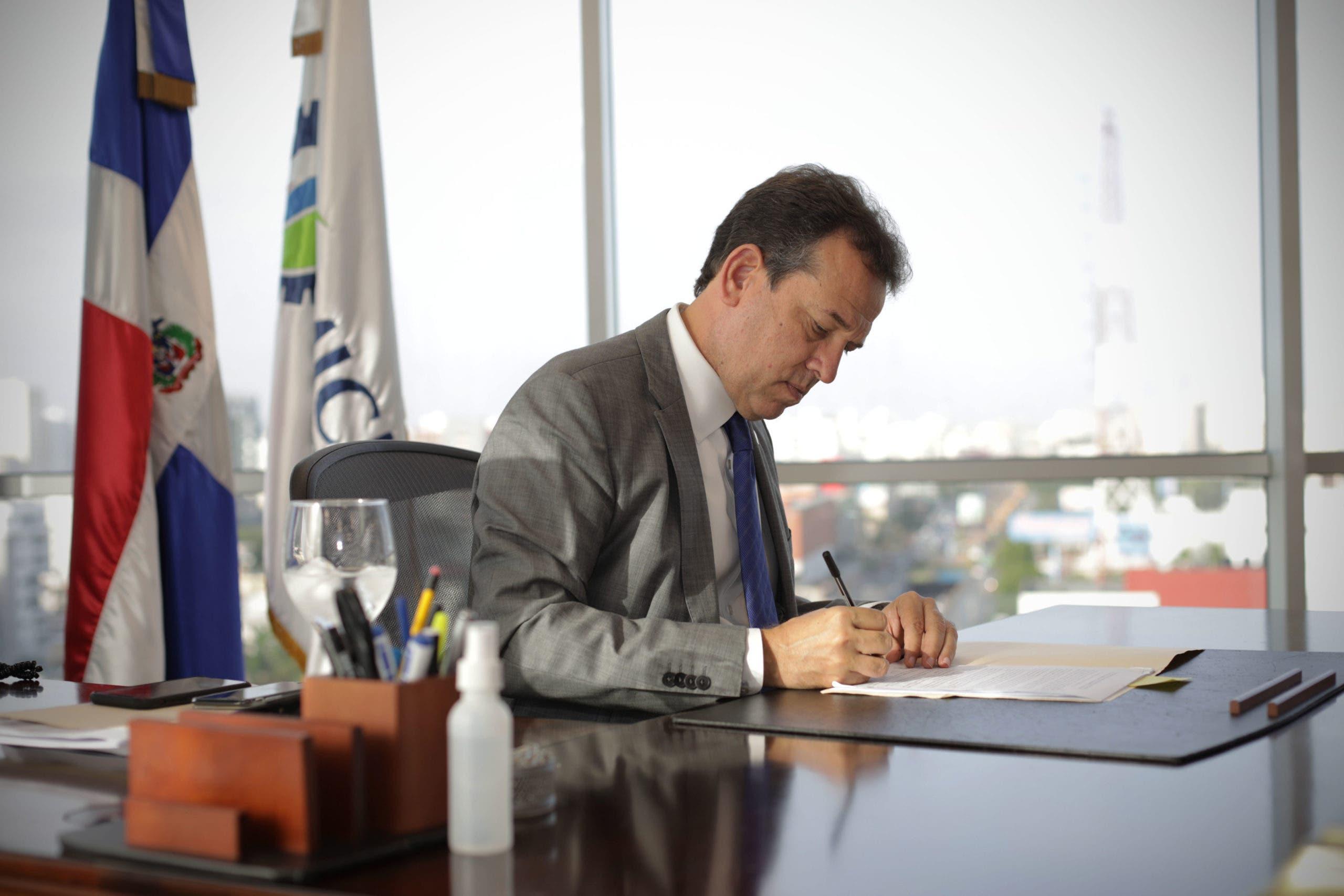 Ministro Bisonó firma acuerdo de ética en favor de un gobierno transparente