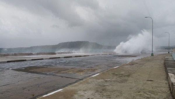 Laura se degrada a tormenta tropical en el sur de EEUU