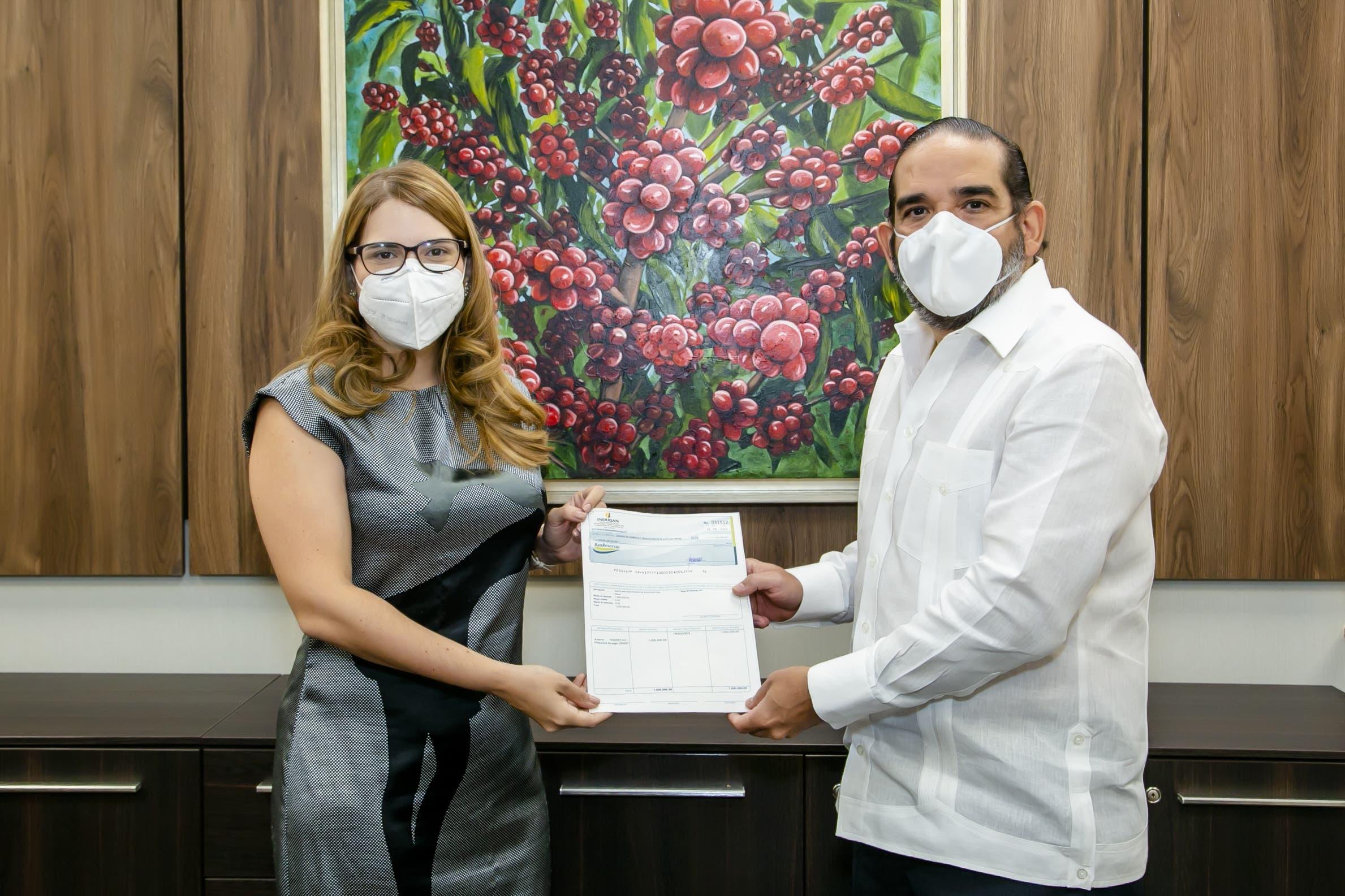 Industrias Banilejas  entrega un millón para asistir familias de Hato Mayor afectadas por Isaías