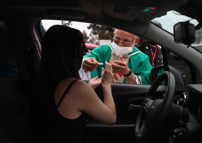 COVID-19: En Colomiba, un sacerdote oficia misa a fieles en automóviles