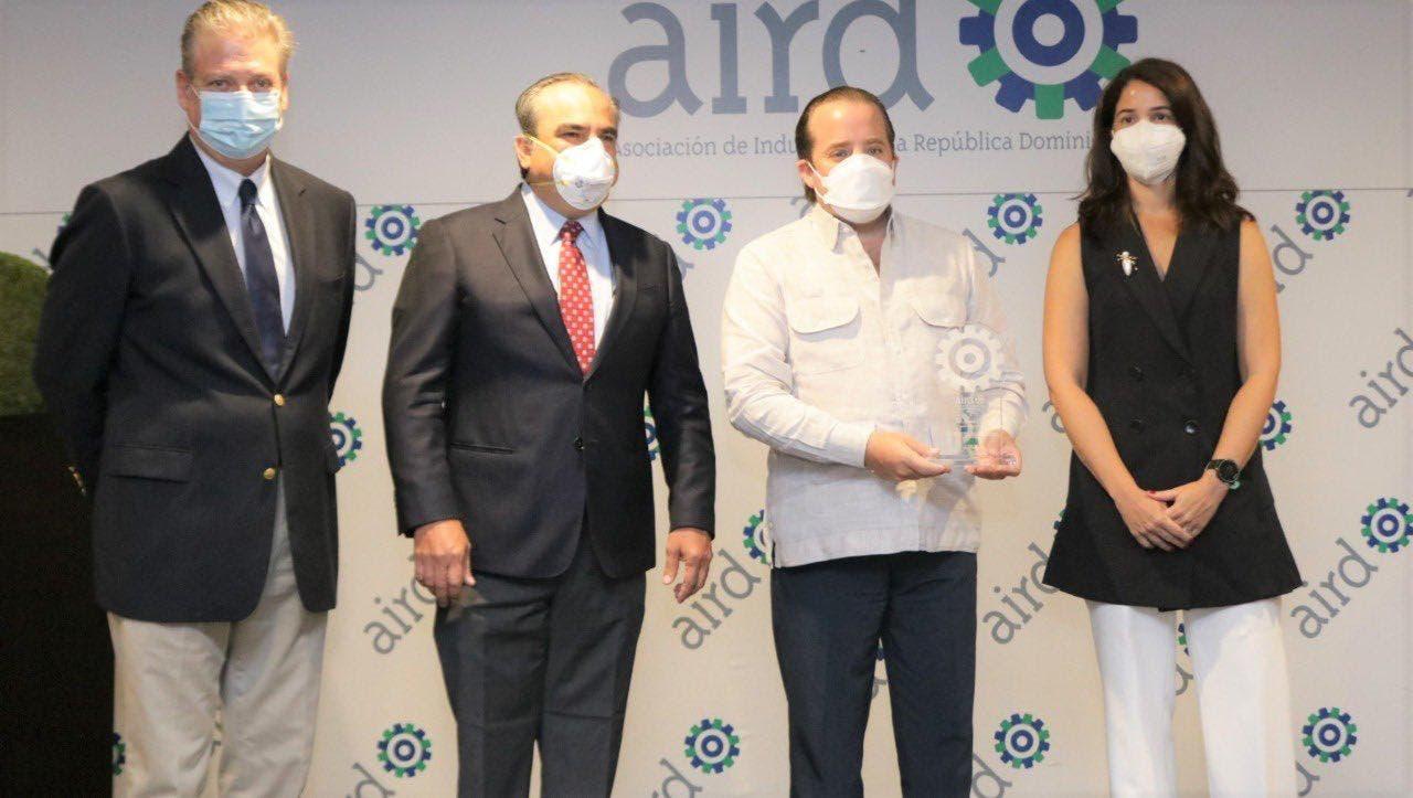 José Paliza recibe reconocimientos de AIRD y ASONAHORES