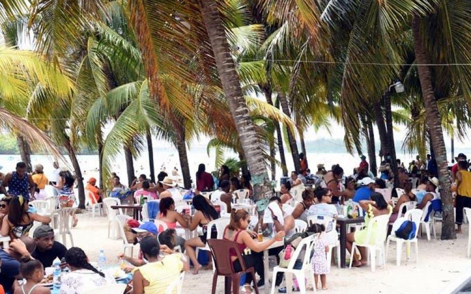 VIDEOS: La gente en  playa de Boca Chica como si ya no hay coronavirus