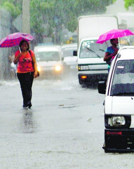 Onda tropical genera lluvias, ráfagas de viento