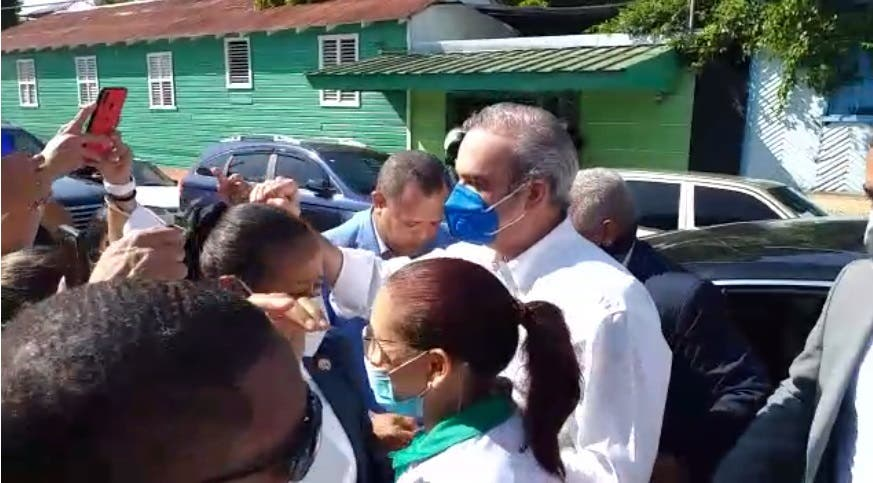 Presidente Luis Abinader se detiene a saludar grupo de personas en Santiago