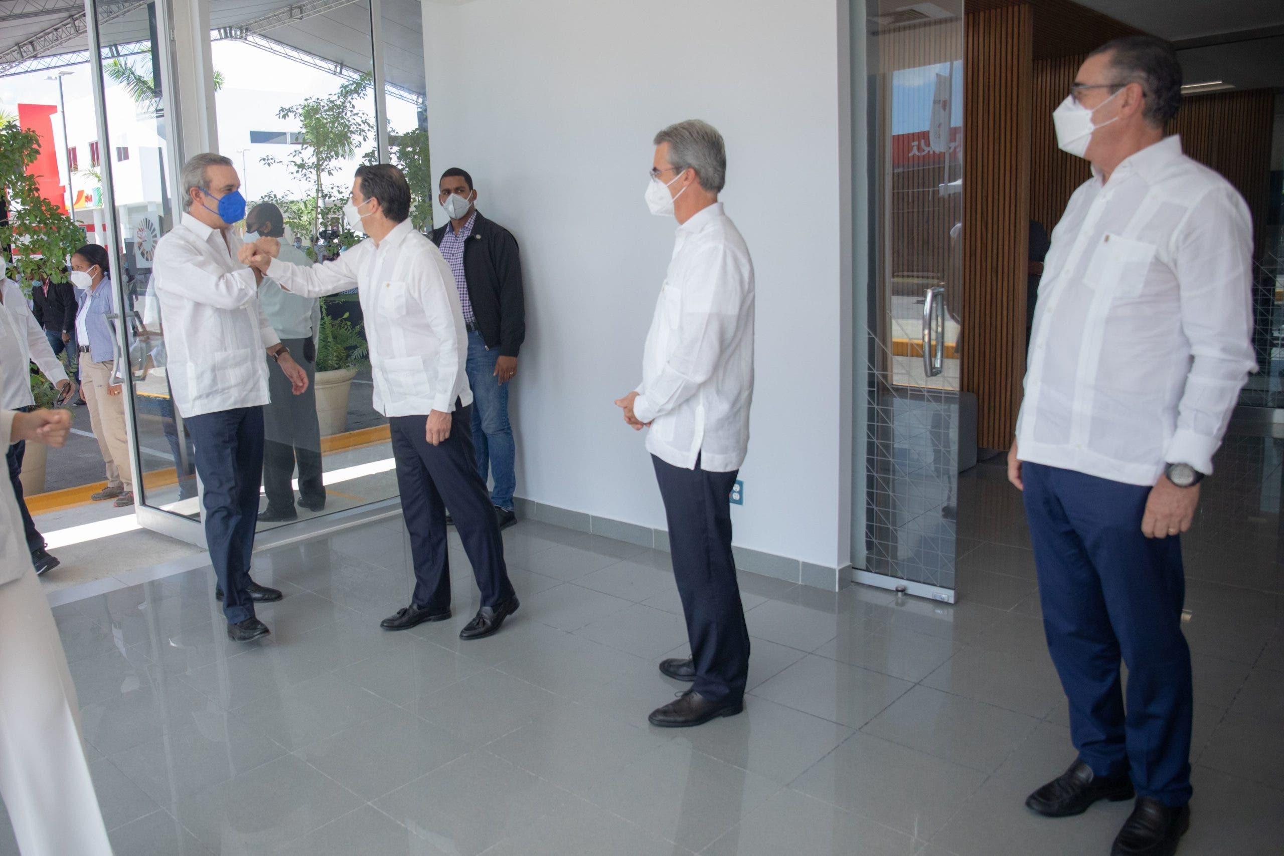 El presidente Luis Abinader visitó nueva oficina del Popular en Bávaro