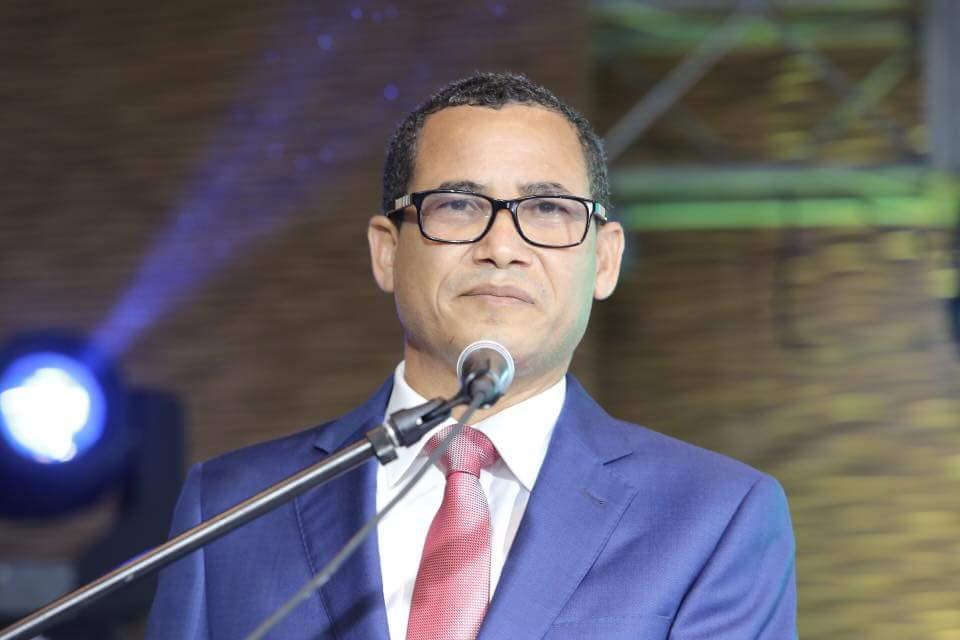 Eddy Olivares es inscrito oficialmente para presidir la JCE