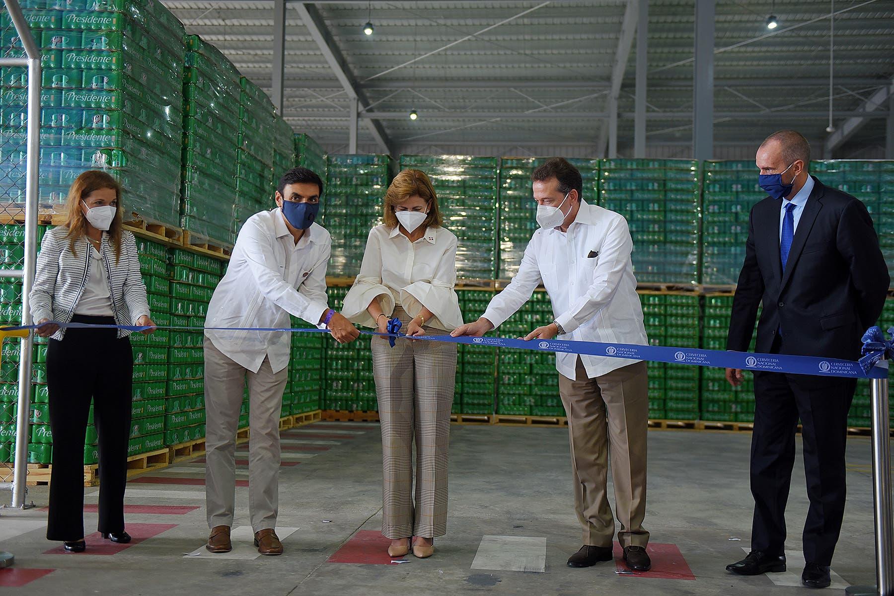 Cervecería inaugura centro de distribución con la presencia de Raquel Peña e Ito Bisonó