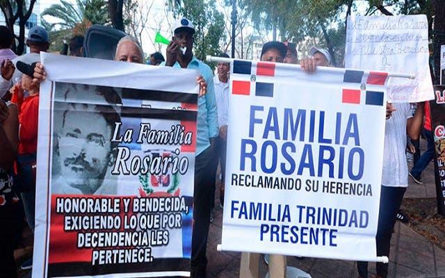 Miembros de la familia Rosario piden ejecutar orden de arresto contra abogado