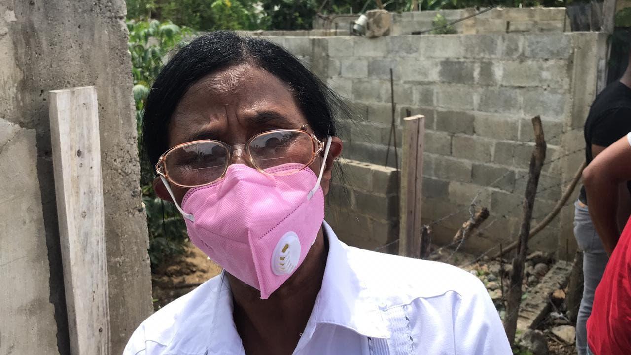 Una madre viaja desde Mao a Santiago para pedirle al presidente justicia por asesinato de su hija