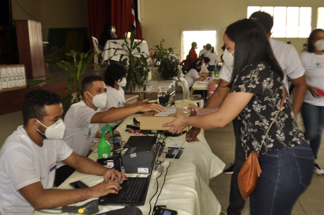 Regional 08 de Santiago inicia entrega de computadoras a docentes para nuevo año escolar