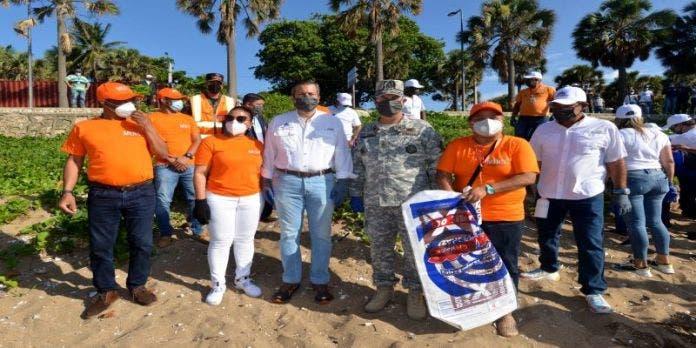 Más de 400 empleados de Obras Públicas y Medio Ambiente limpian playa de Güibia