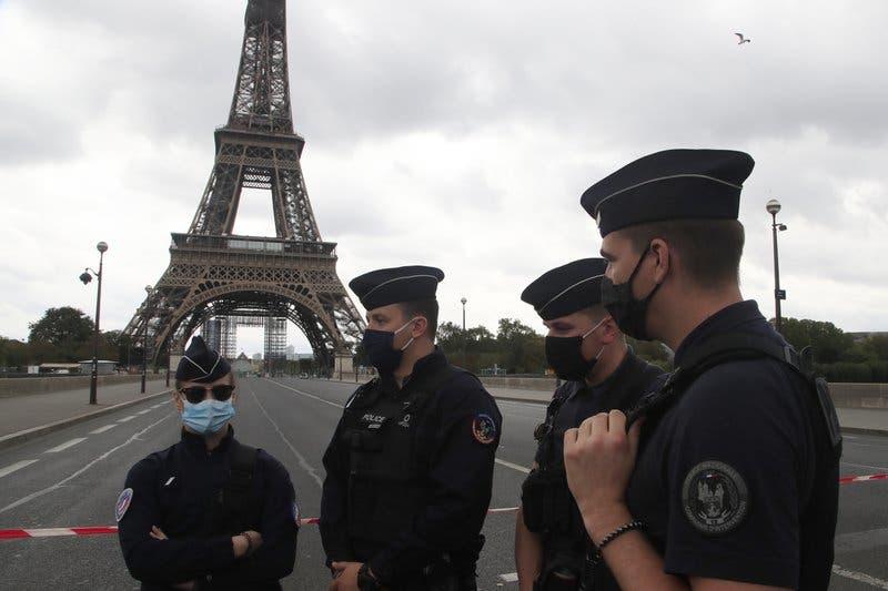 Desalojan la Torre Eiffel por amenaza de bomba