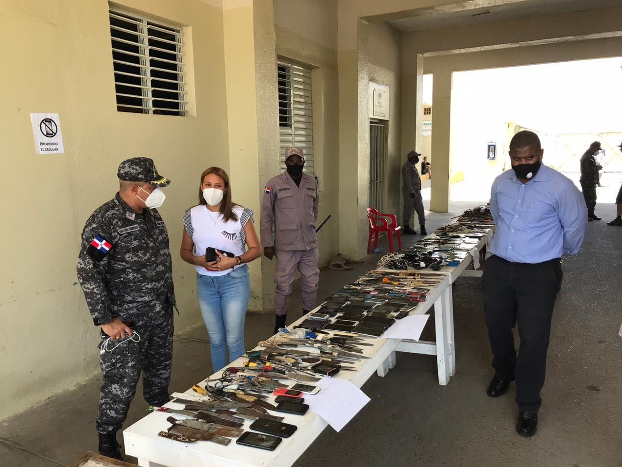 Internos de La Victoria entregan de forma «voluntaria» armas, celulares y sustancias controladas
