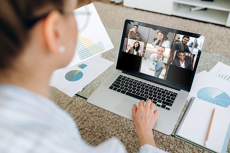 Video: Docencia virtual obliga a padres a comprar dispositivos electrónicos