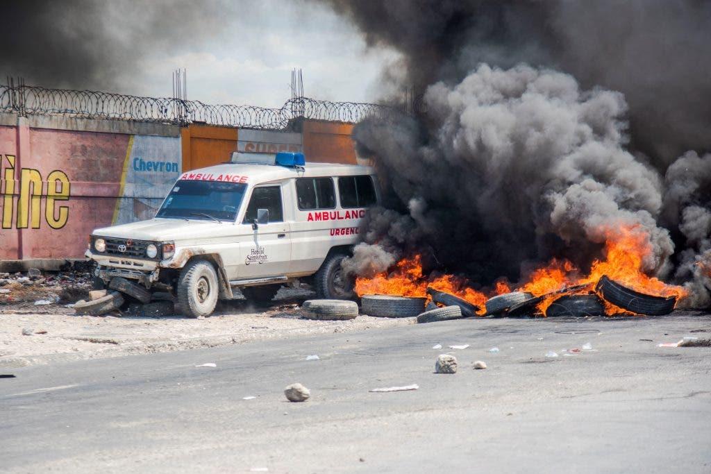 Policías haitianos incendian vehículos en protesta por el arresto de colegas
