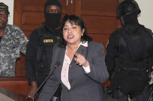"""Personas vociferan """"asesina"""", a Marlin Martínez a su salida de la cárcel"""