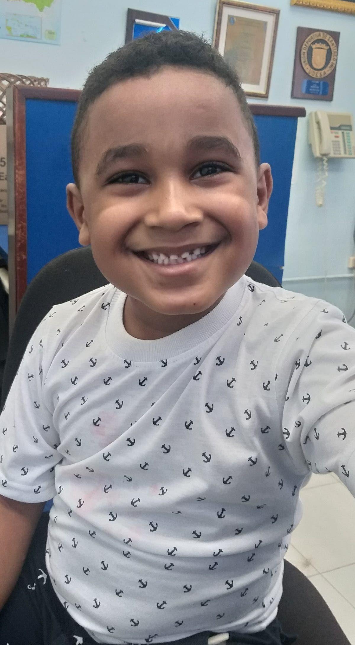 Piden ayuda para tratar problema de audición a niño de 6 años