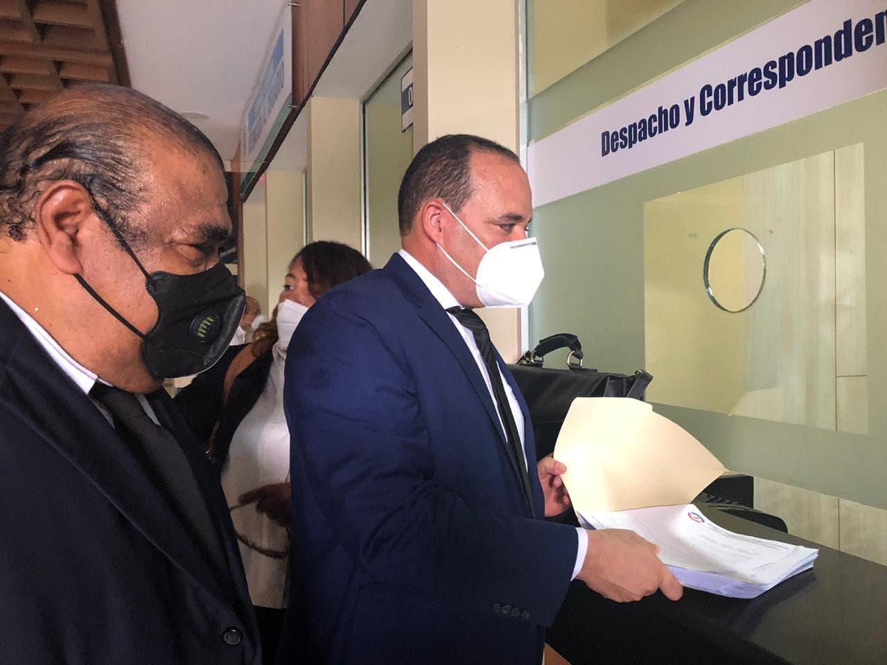 Colegio de Abogados somete a la justicia a Luis Henry Molina