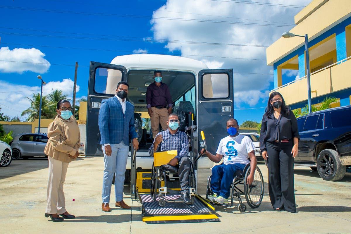 EnaDom dona autobús a deportistas con discapacidad de Boca Chica