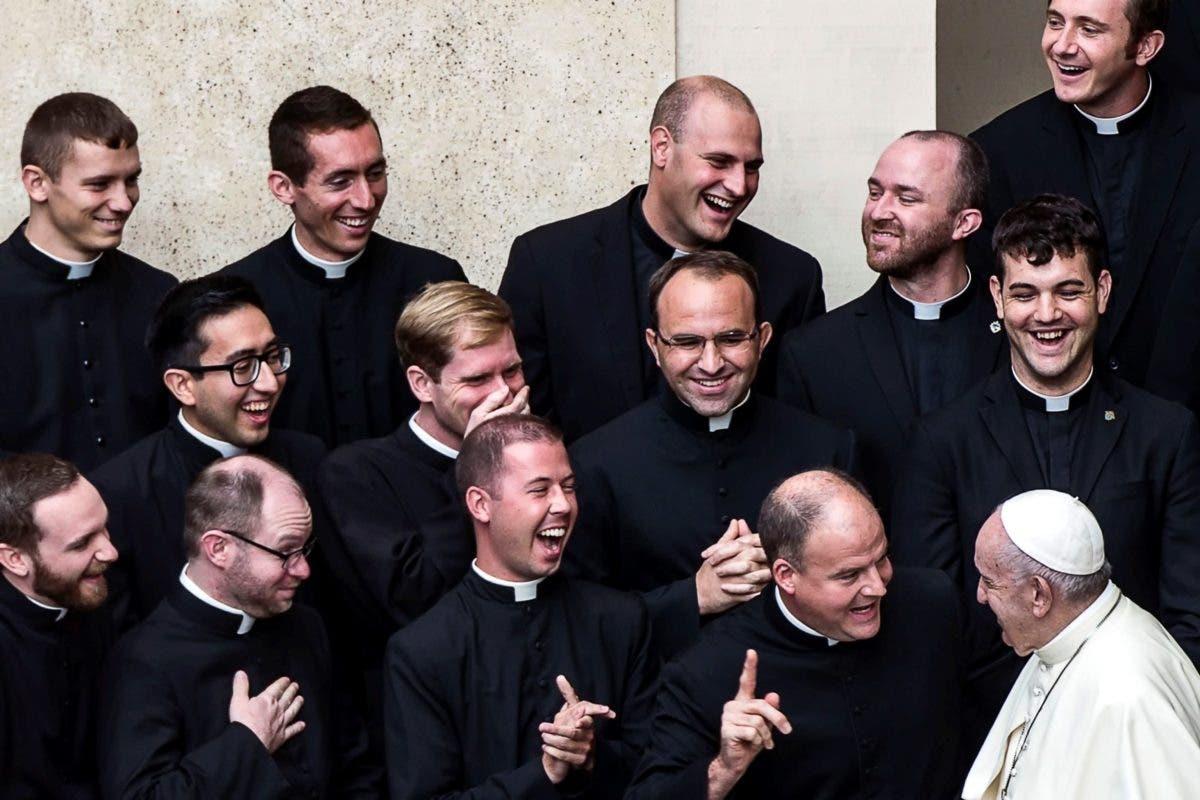 El papa Francisco y sus colaboradores, sin mascarilla a pesar de la obligatoriedad
