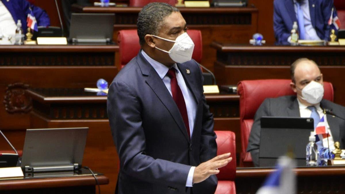 Senador Iván Lorenzo manda a callar colega Ginnette Bournigal en plena sesión