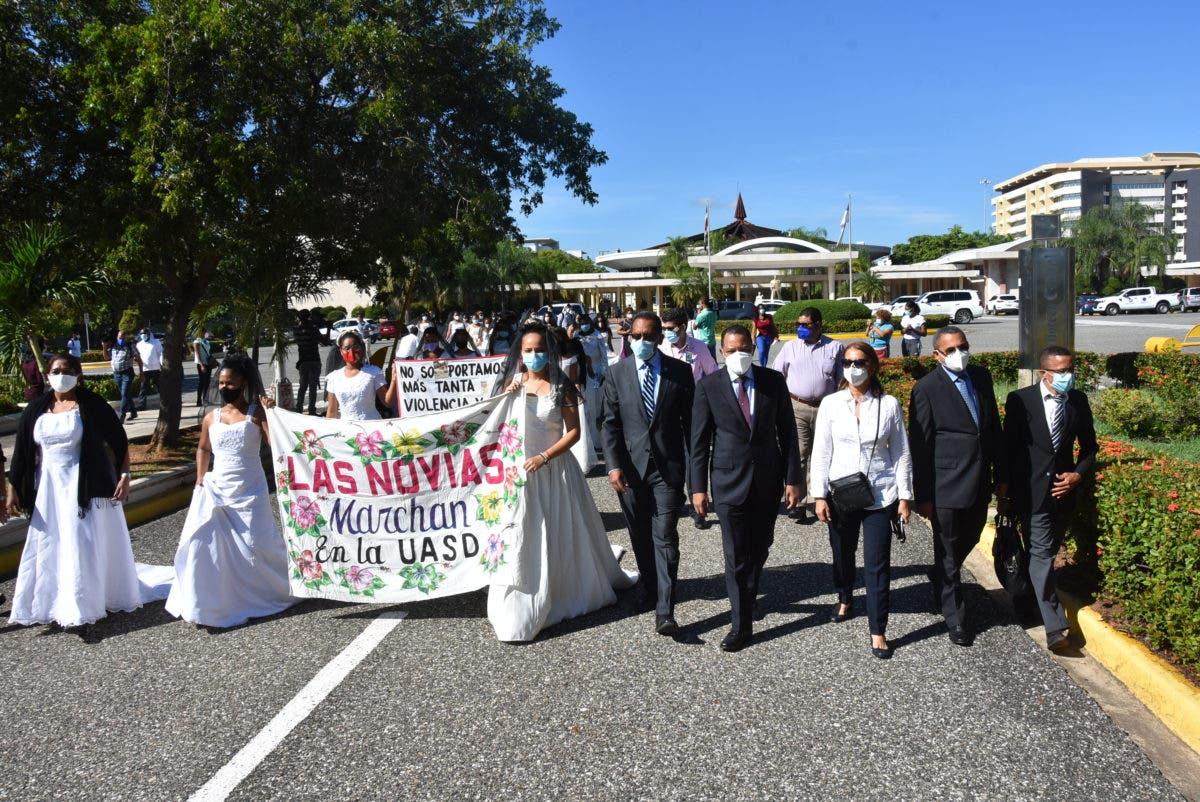 Novias marchan en la UASD en demanda del cese de la violencia femenina