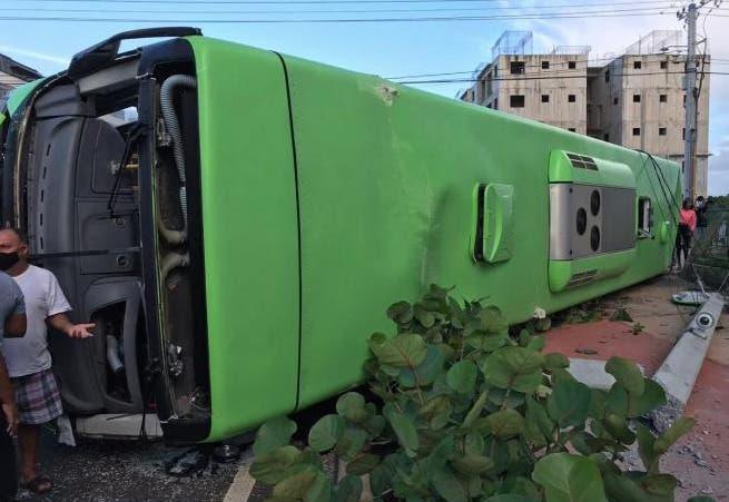 Accidente de tránsito entre autobús OMSA y Jeepeta en Ciudad Juan Bosch; reportan heridos