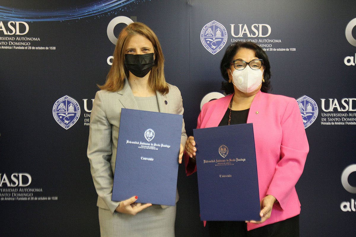 Firman acuerdo para conectar a internet a profesores, estudiantes y empleados de la UASD
