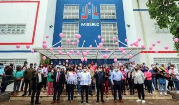 Ministerio de Deportes cierra mes del cáncer con globos al aire