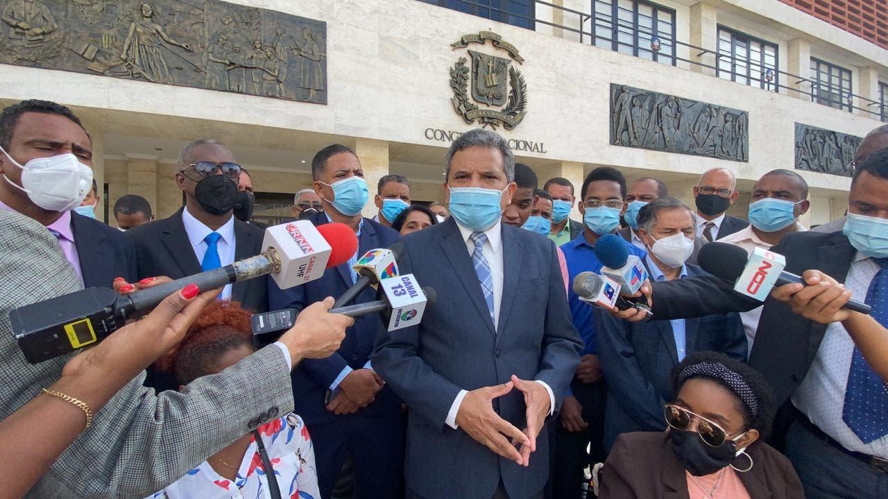 Inscriben a Fidel Santana para Defensor del Pueblo