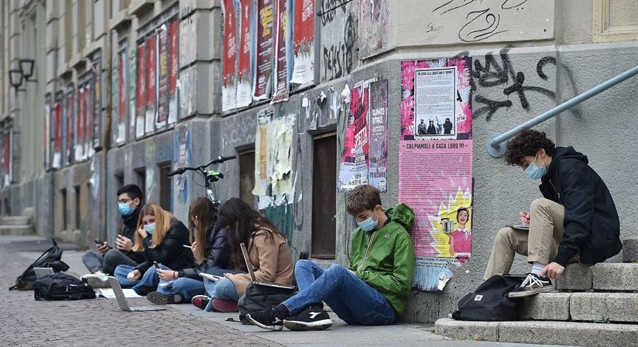 Estudiantes se rebelan contra cierres de los colegios en Italia