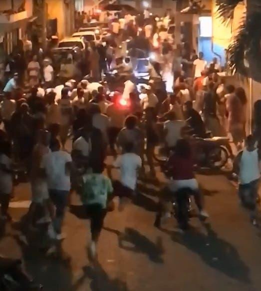 Policía Nacional ¨le daña la fiesta¨ a multitud que festejaba durante toque de queda