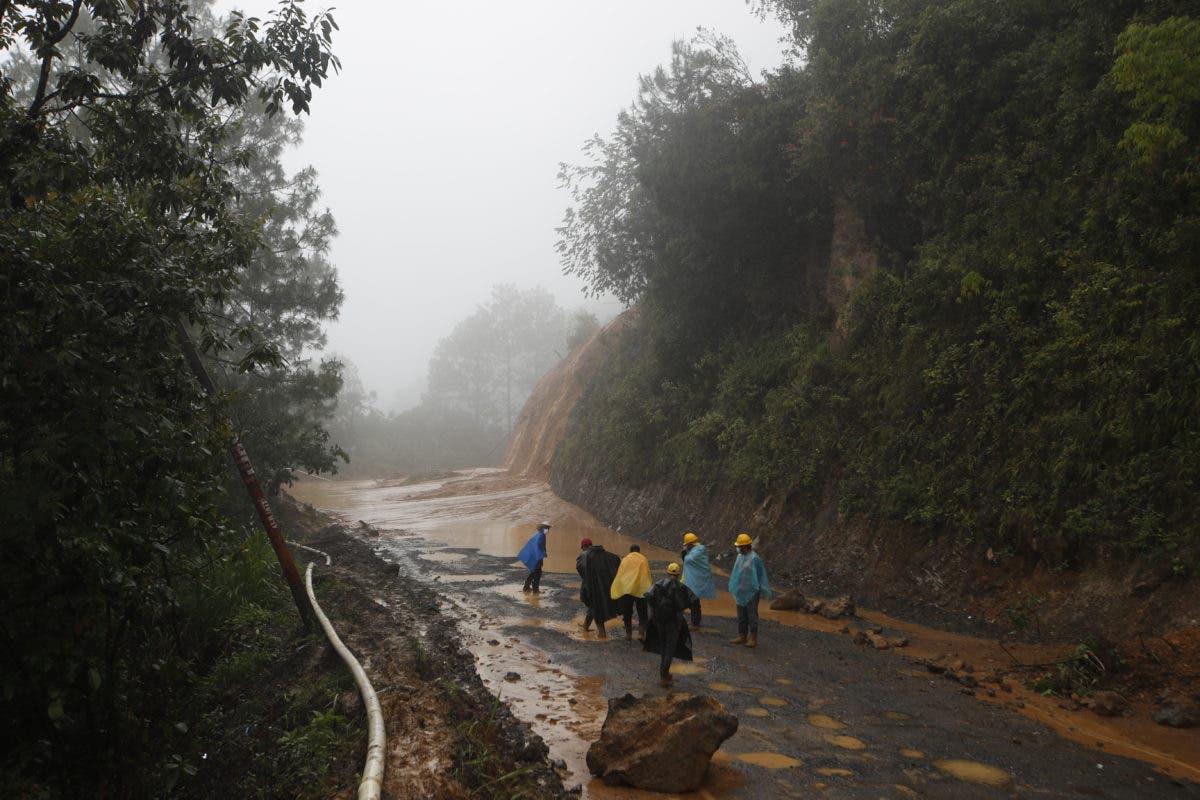 Buscan sobrevivientes en Guatemala mientras huracán Eta va a Cuba