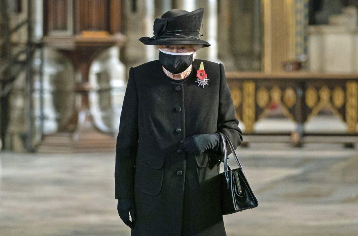 La reina Isabel II hace su primera aparición con mascarilla