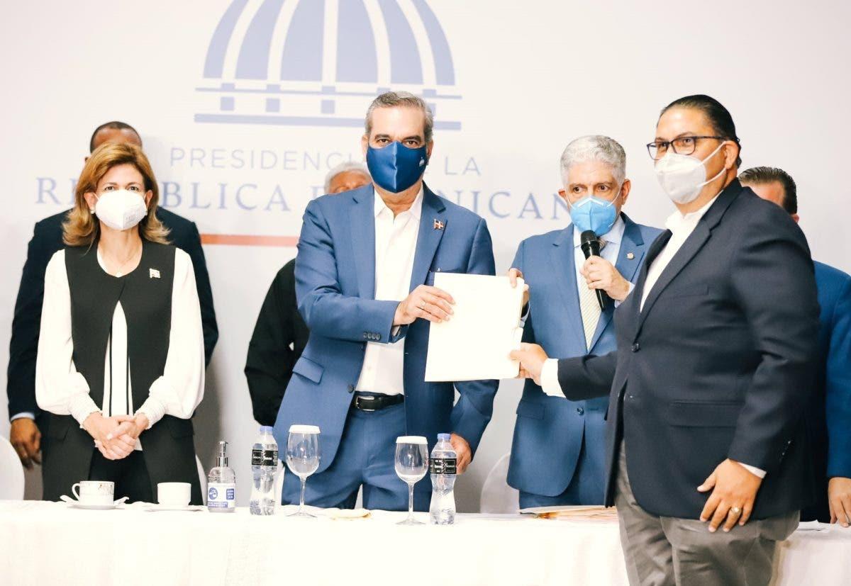 Gobierno entrega RD$134 millones a alcaldes y directores de distritos municipales de Santiago