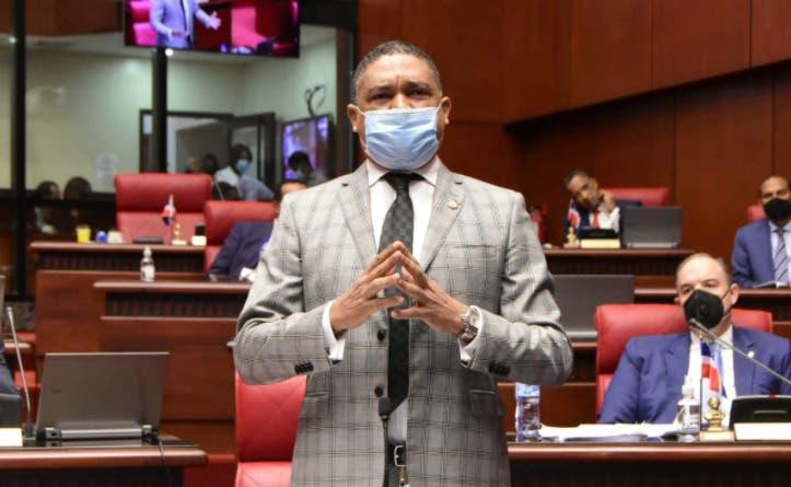 Vocero de senadores dice Gobierno cancela empleados en vacaciones